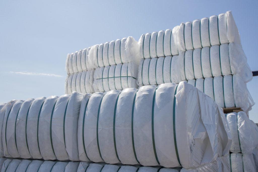 TDJ Arenafiber leveres i wrappede baller med 320 kg i hver